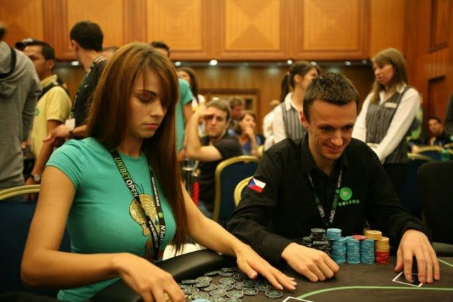 mystérieuse joueuse de poker