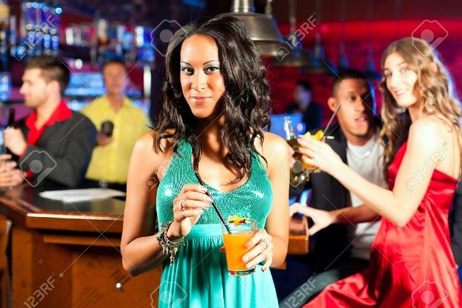 5986fb2de333c_9860553-Un-groupe-de-gens-partis-avec-des-cocktails-dans-un-bar-ou-un-club-en-s-amusant-une-femme-est-la-rec-Banque-dimages.jpg.6f70f2825fe071122be3fed1481d87e6.jpg