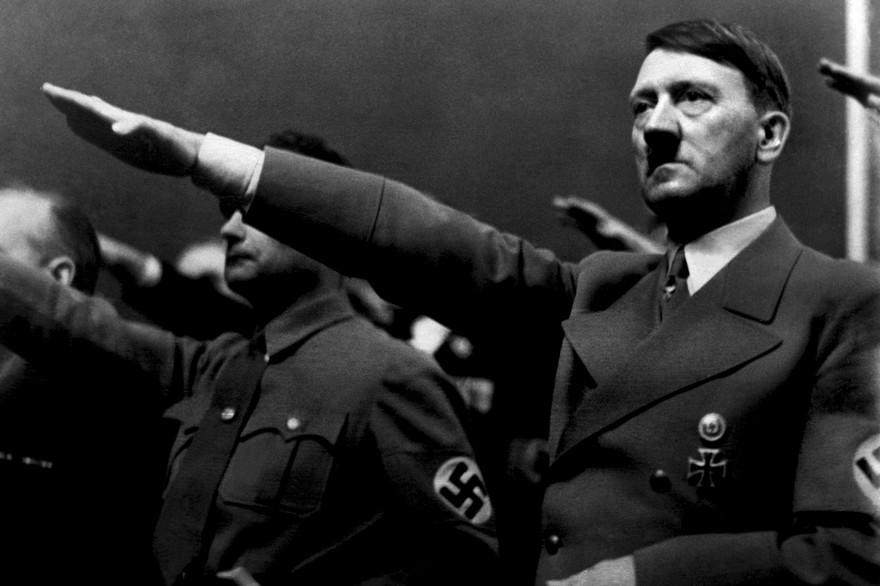 7797003509_adolf-hitler-fait-le-salut-nazi-en-1939.jpg