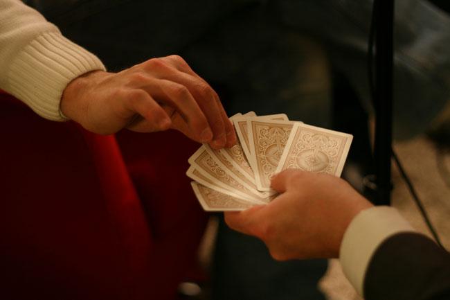 Nicolas-Dervaux-choisit-carte-Club-Poker-Radio.jpg